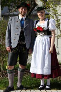 Die beiden Jugendleiter der RoagaBuam Irene und Daniel in der traditionellen Miesbacher Vereinstracht